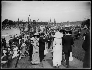 People on the banks of the Yarra just before the outbreak of war.
